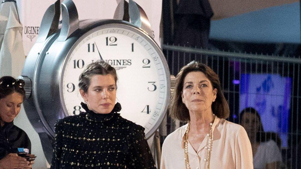 Foto: Carlota Casiraghi y su madre, duelo de glamour. (Cordon Press)