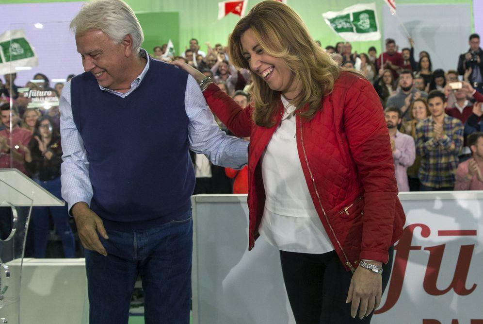 Foto: Felipe González y Susana Díaz, el 18 de diciembre de 2015, en el cierre de campaña de las generales del 20-D en Sevilla. (EFE)