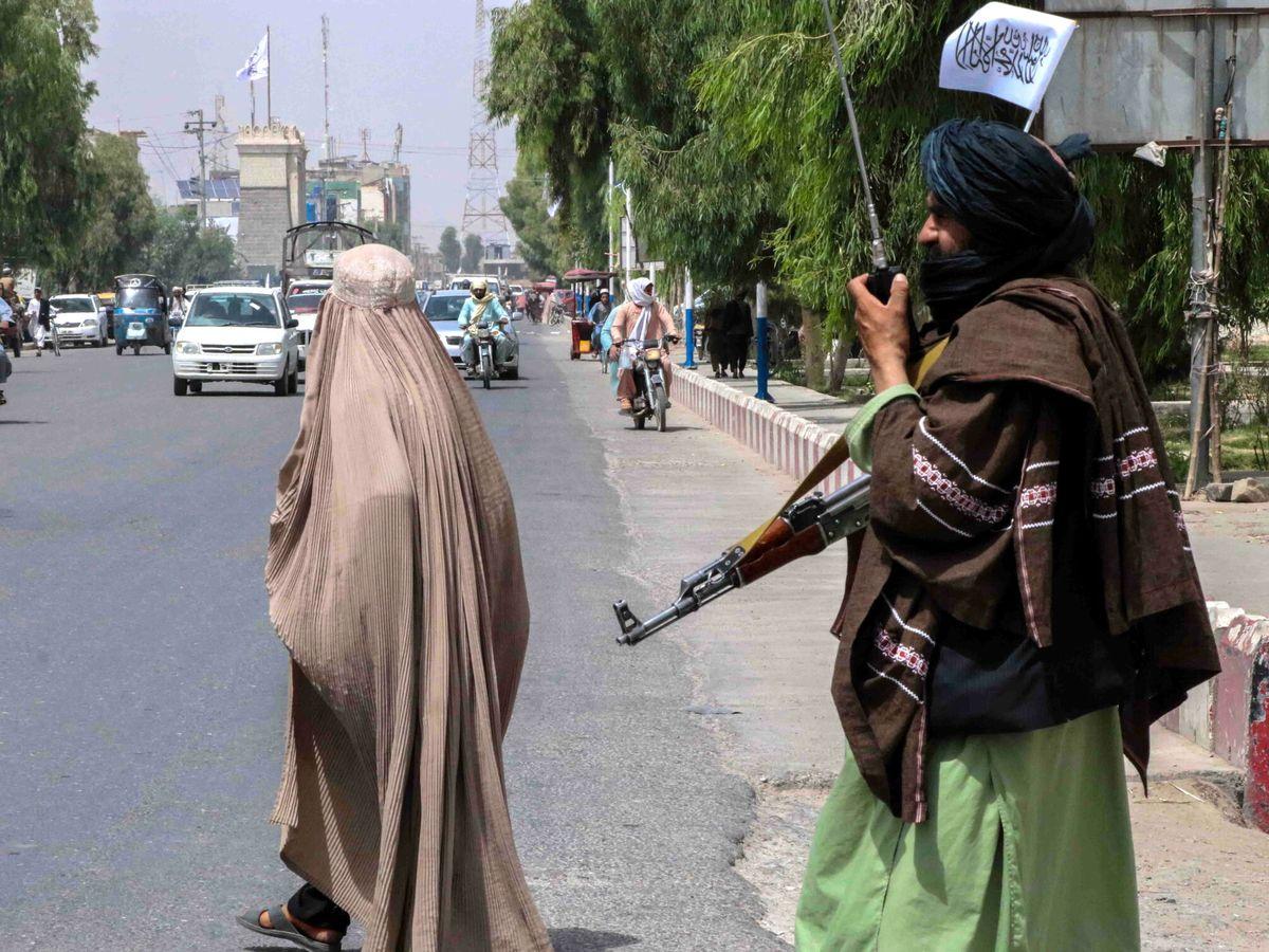 Foto: Un guerrillero talibán vigila una calle de Kandahar (Afganistán). (EFE)