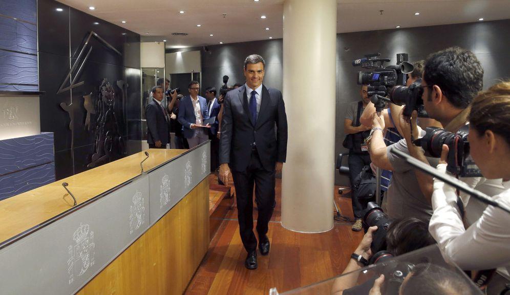 Foto: Pedro Sánchez, a su llegada a la rueda de prensa de este 2 de agosto en el Congreso, tras su reunión con Mariano Rajoy. (EFE)