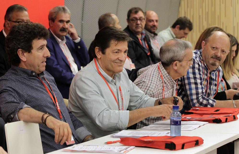 Foto: Javier Fernández, presidente de Asturias y de la gestora del PSOE, junto al número dos de la FSA, Jesús Gutiérrez, el pasado 28 de mayo en el 'congresillo' autonómico. (EFE)