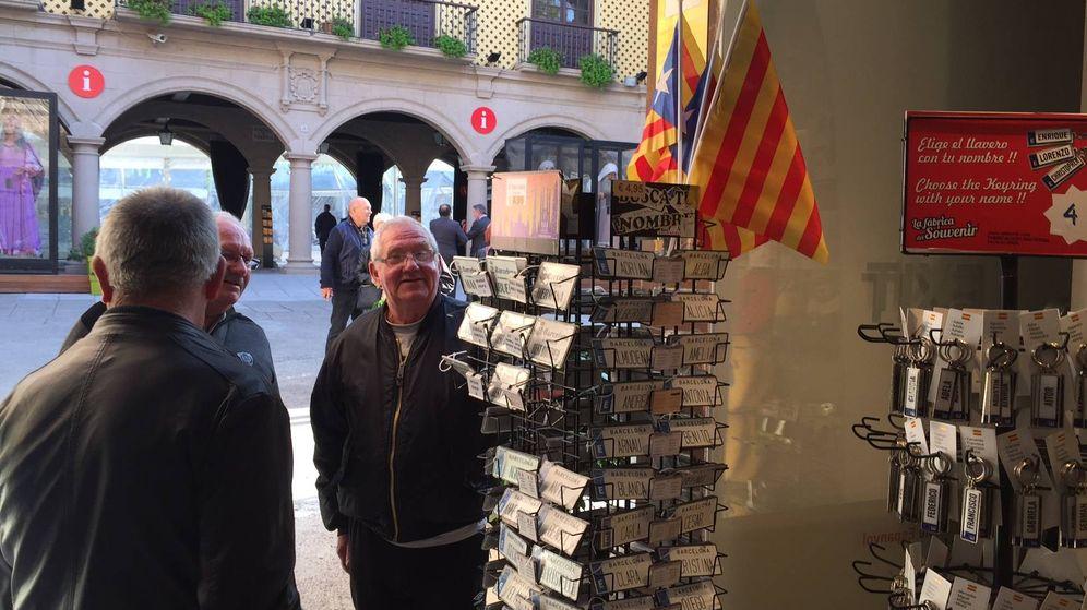 Foto: Esteladas, las únicas banderas que se pueden comprar en la tienda oficial del 'Poble Espanyol'. (Fotos: Ángel Villarino)