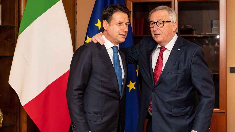 Foto: El primer ministro italiano, Giuseppe Conte, saluda al presidente de la Comisión, Jean-Claude Juncker. (EFE)