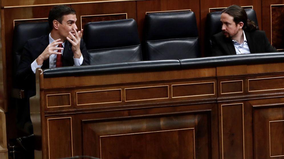 Foto: El presidente del Gobierno, Pedro Sánchez (i), y el vicepresidente de Derechos Sociales, Pablo Iglesias, durante el pleno del Congreso. (EFE)