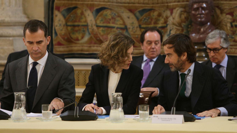 Foto: El Rey Felipe VI, ajeno a la conversación de la Reina Letizia y Gonzalo Rodés (Gtres)