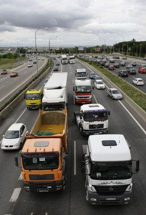 Los camiones cortan carriles de las entradas a Madrid y provocan retenciones en otras grandes ciudades