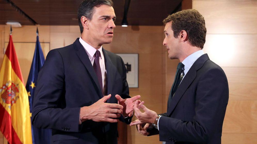 Foto: El presidente del Gobierno en funciones, Pedro Sánchez (i), en la última reunión con el líder del PP, Pablo Casado. (EFE)