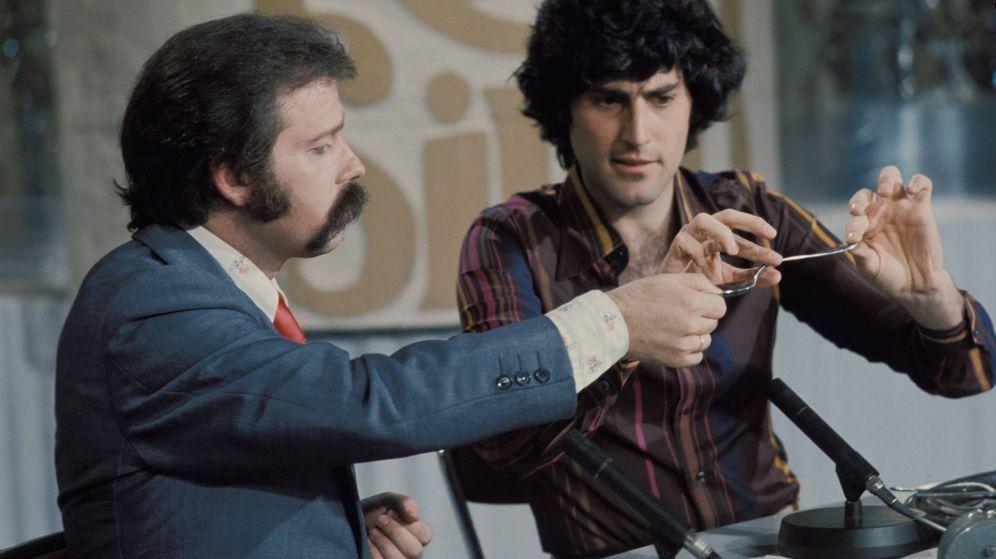 Foto: Con Uri Geler, en un momento mítico de la televisión española del siglo XX. (Gtres)