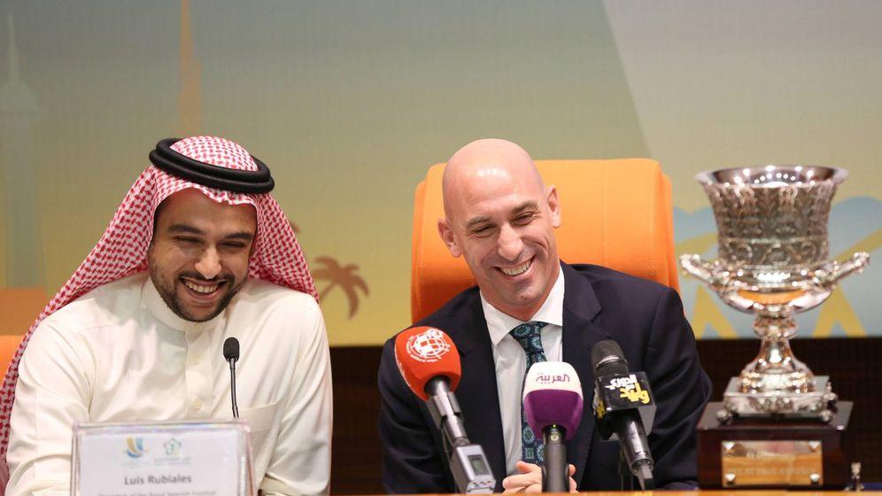 Foto: El presidente de la RFEF, Luis Rubiales, con el saudí Abdulaziz bin Turki Al-Faisal. (EFE)
