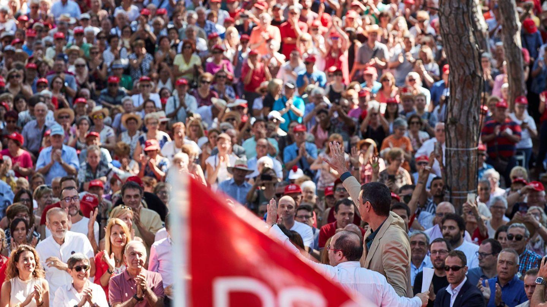 El presidente del Gobierno en funciones, Pedro Sánchez y el primer secretario del PSC, Miquel Iceta, durante su intervención en la Fiesta de la Rosa. (EFE)