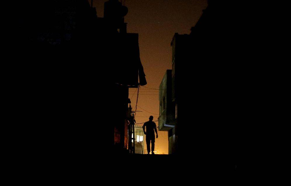Foto: Un palestino camina por el campo de refugiados de Shatti, en Gaza, en julio de 2015. (Reuters)