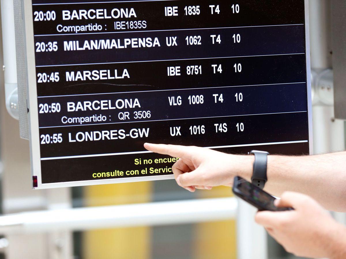 Foto: Una pantalla con información en Barajas. (EFE)