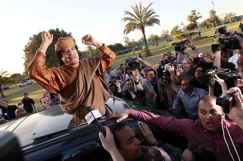 Foto: El exdictador Muammar Gadafi posa para las cámaras en el complejo de Bab al Azizia, Trípoli, el 10 de abril de 2011, en plena guerra civil (Reuters).