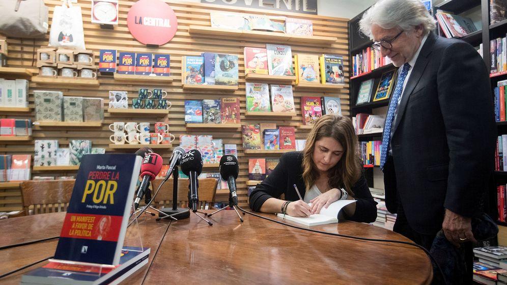 Foto: La excoordinadora general del PDeCAT Marta Pascall firma un ejemplar al empresario Daniel Sánchez Llibre en la presentación en Barcelona de su libro. (EFE)