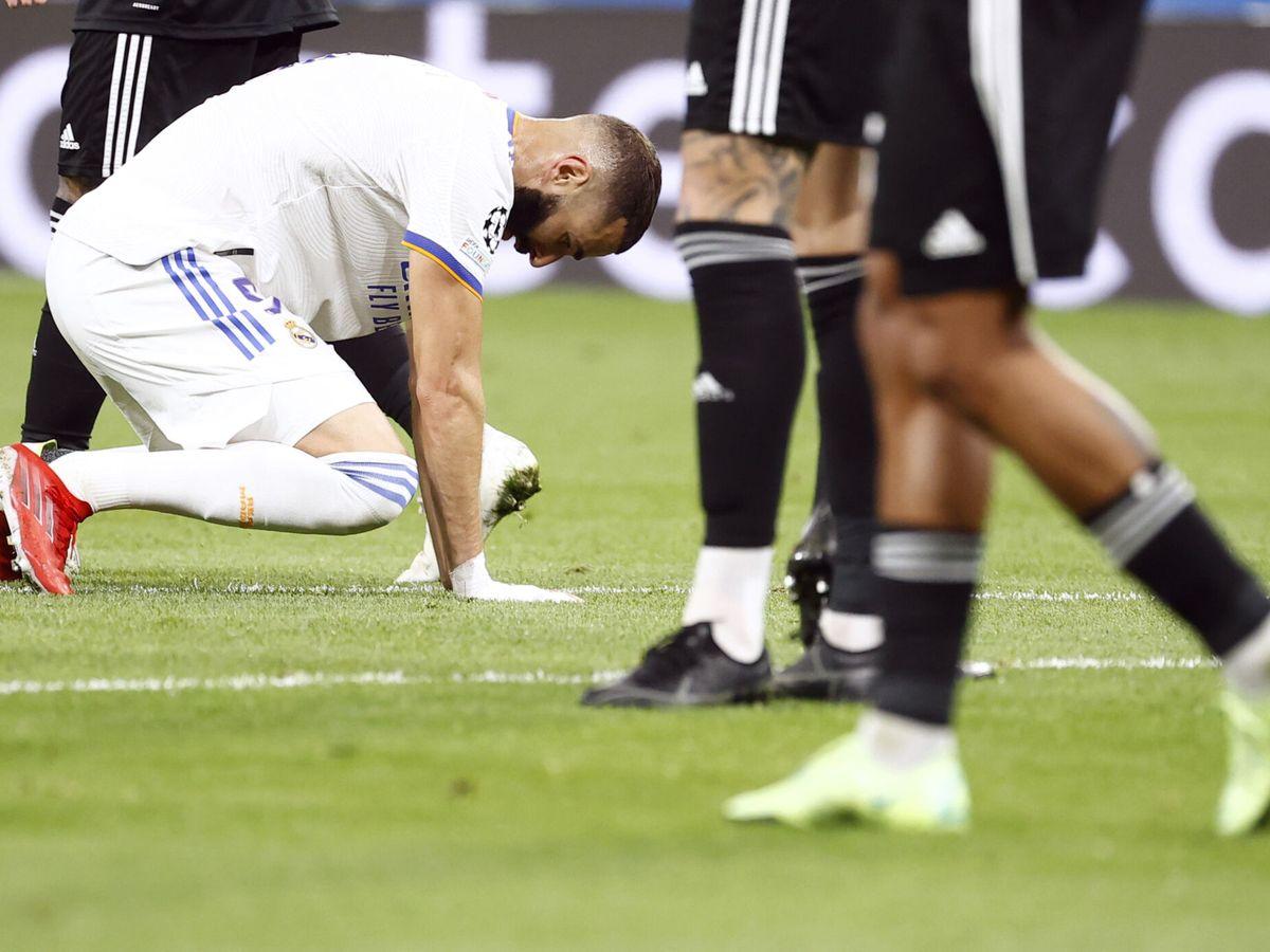 Foto: Benzema, de rodillas, en el partido contra el Sheriff. (EFE)