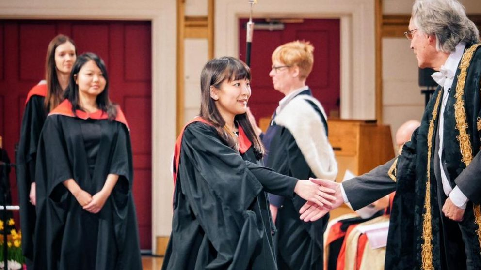 La princesa Mako, conocida como la 'Kate Middleton japonesa', se gradúa con honores