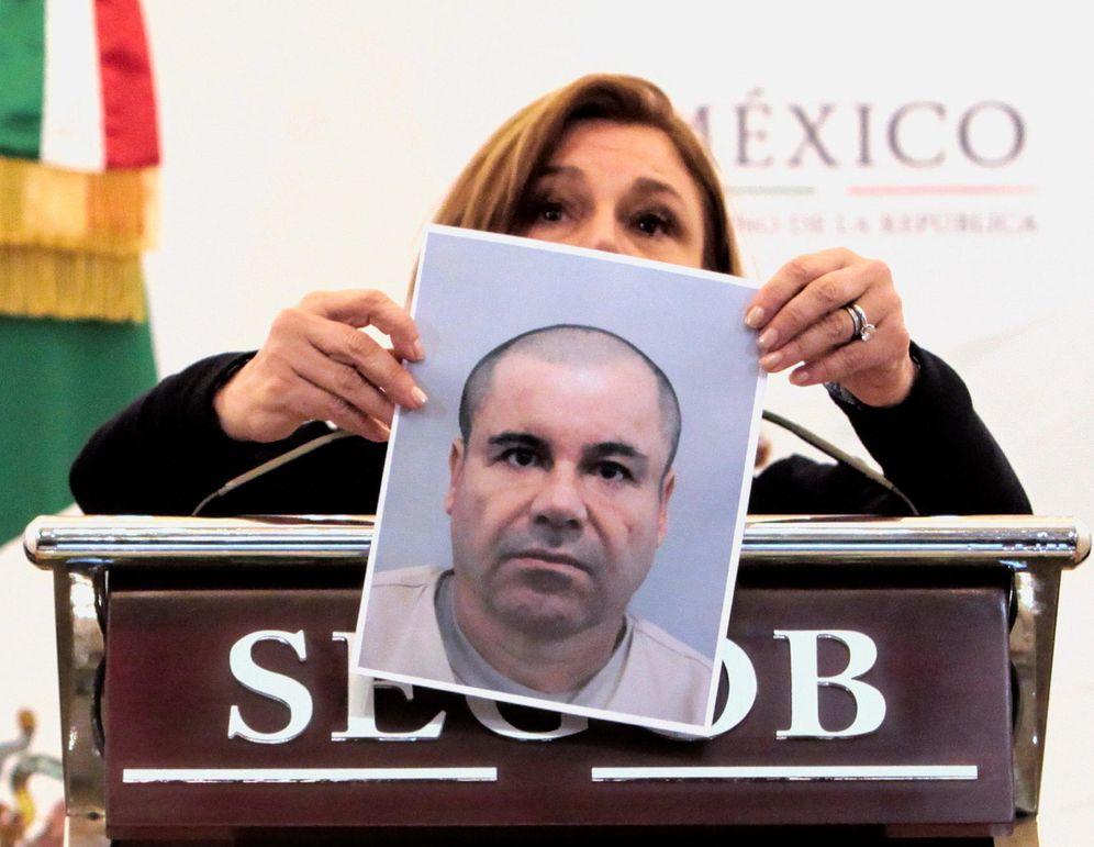 Foto: Arely Gómez, titular de la Procuraduría General mexicana, muestra una foto del Chapo (EFE)