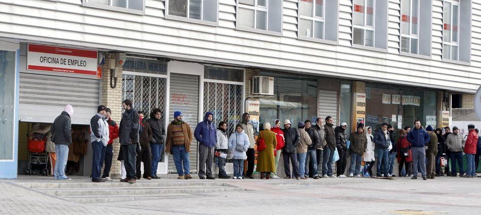 Foto: Varias personas forman una larga cola ante una oficina del INEM. (Efe)
