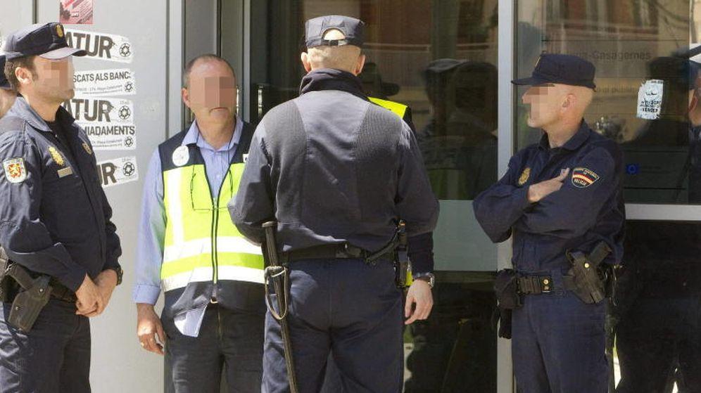 Foto: La Policía registra una oficina de empleo en el marco de la operación 'Pitiusa'. (EFE)