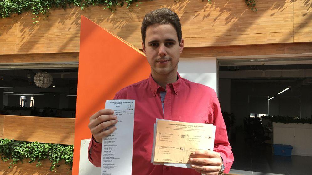 Foto: Javier Ibáñez con las papeletas para el 20-D.