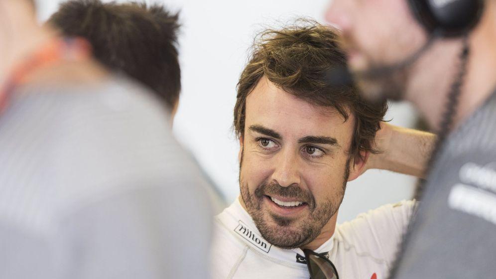 Foto: Alonso, sonriente en el box de McLaren. (EFE)