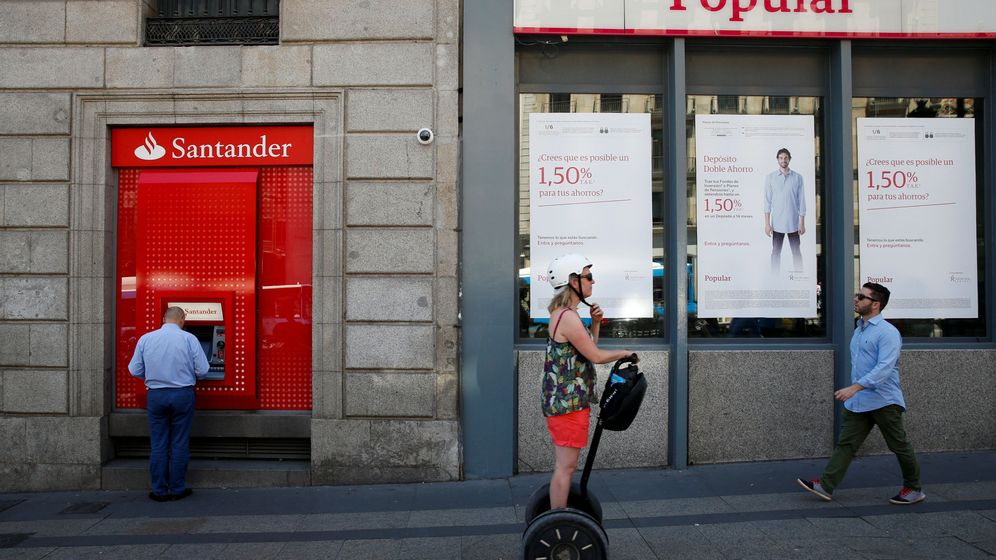 Foto: Una oficina del Banco Popular, junto a un cajero del Banco Santander. (Reuters)