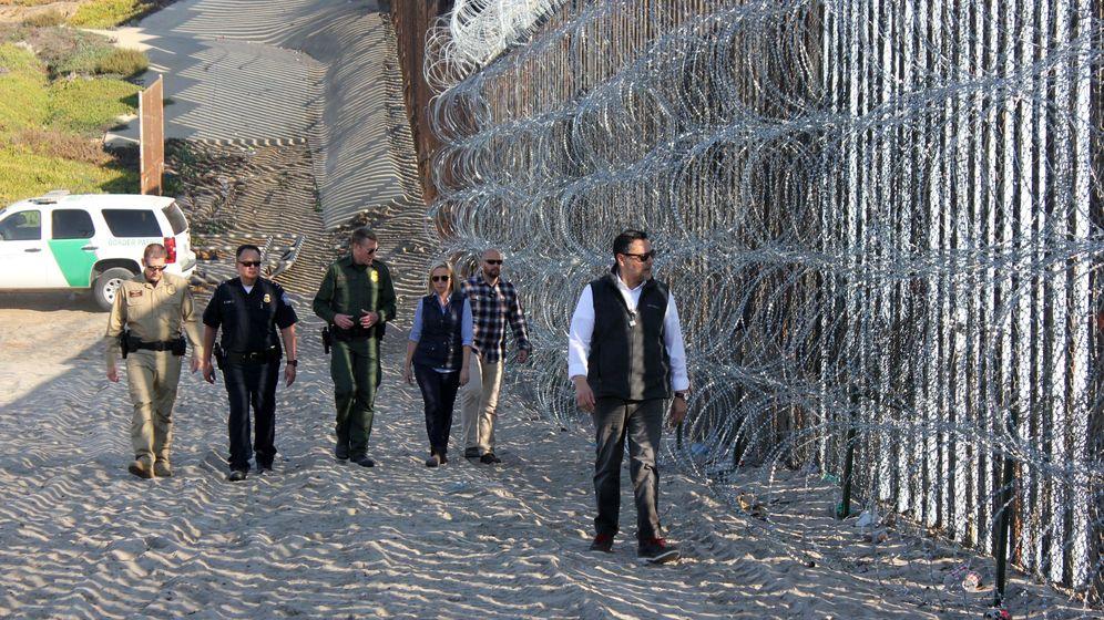 Foto: La secretaria del Departamento de Seguridad Nacional (DHS) de Estados Unidos, Kirstjen Nielsen, en la valla fronteriza que separa a San Diego (EEUU) y Tijuana (México). (EFE)