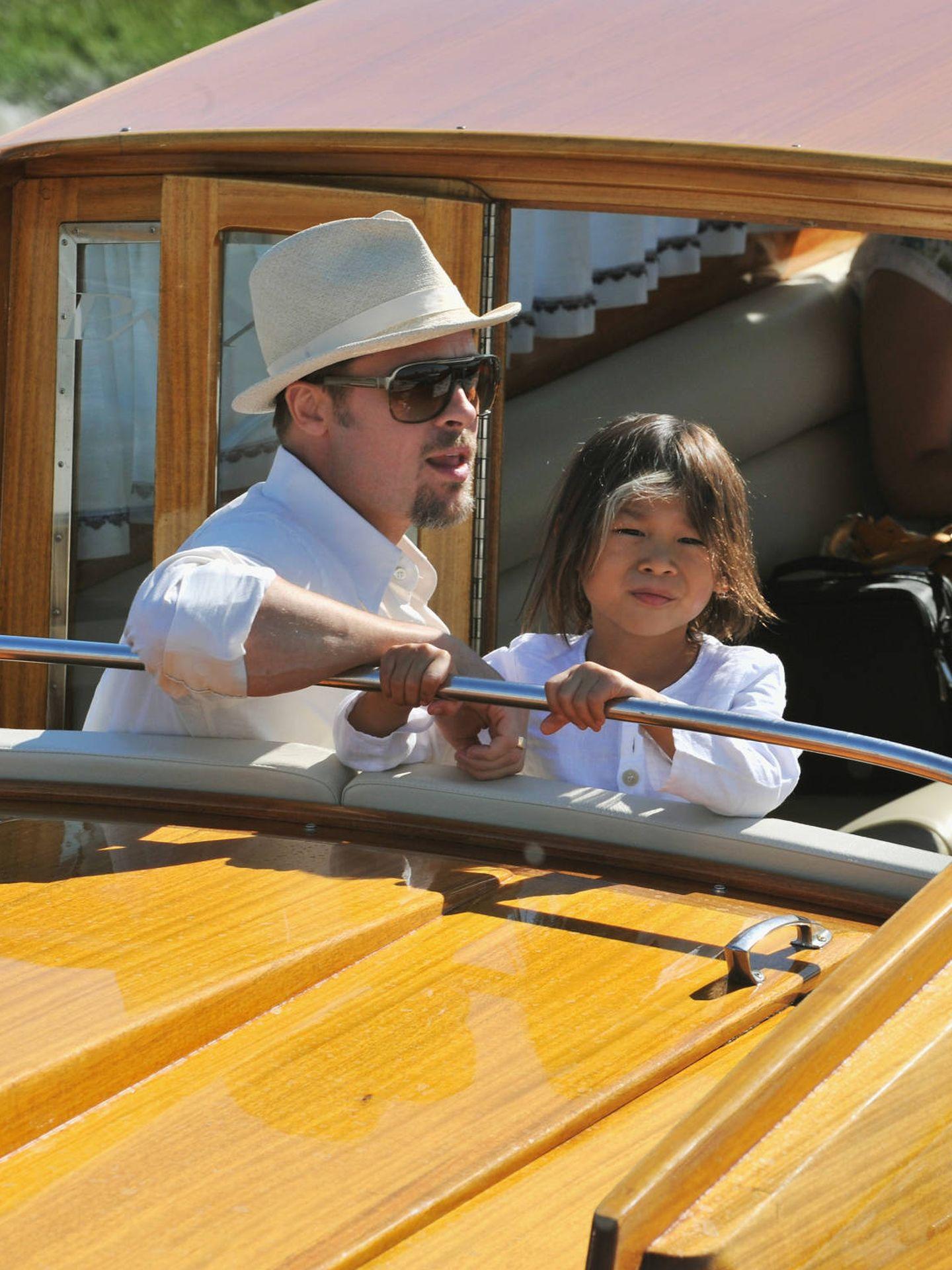 Pax y Brad Pitt, llegando a Venecia. (Getty)