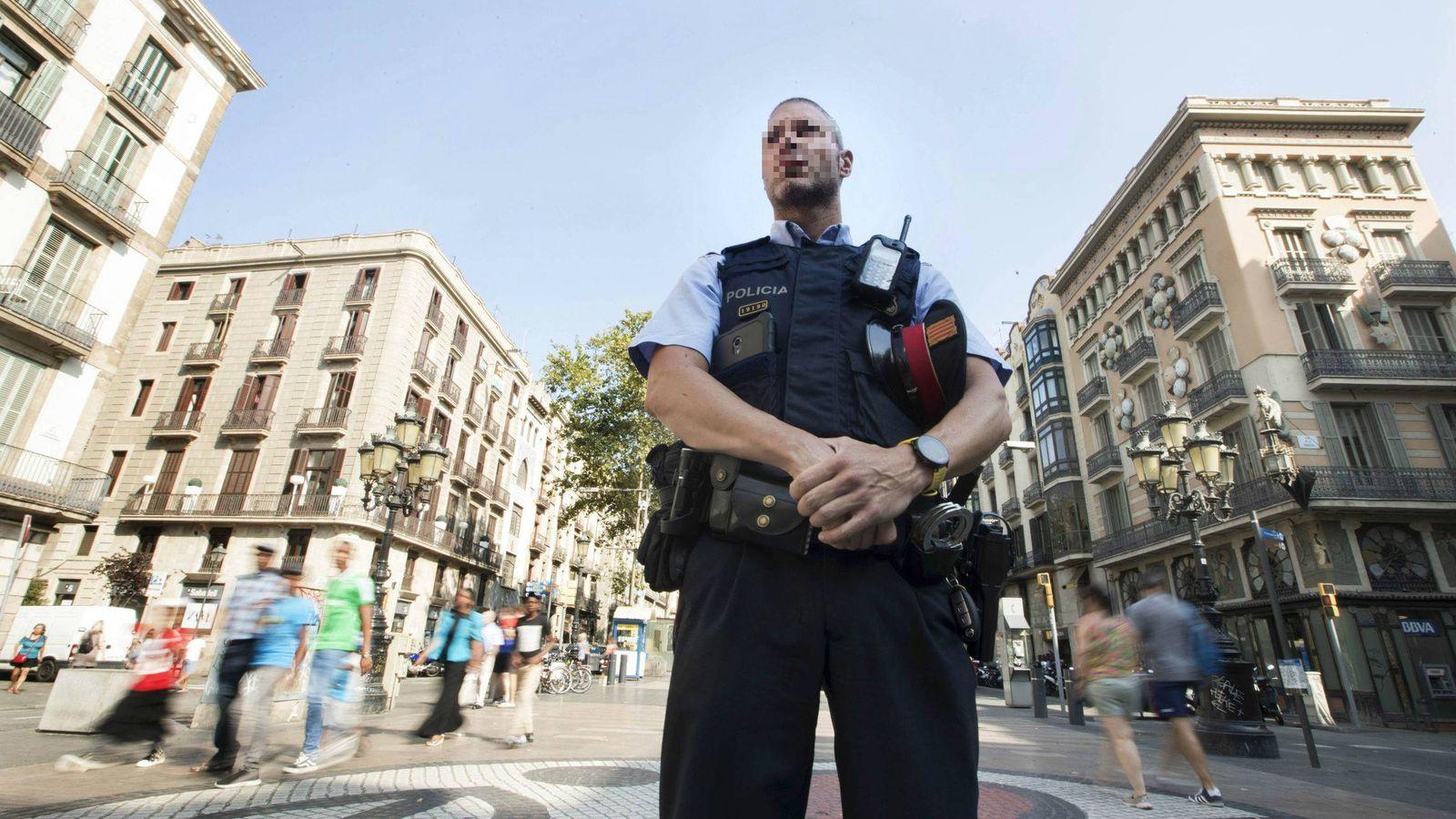 Foto: Un 'mosso' d'Esquadra en las Ramblas de Barcelona. (EFE)