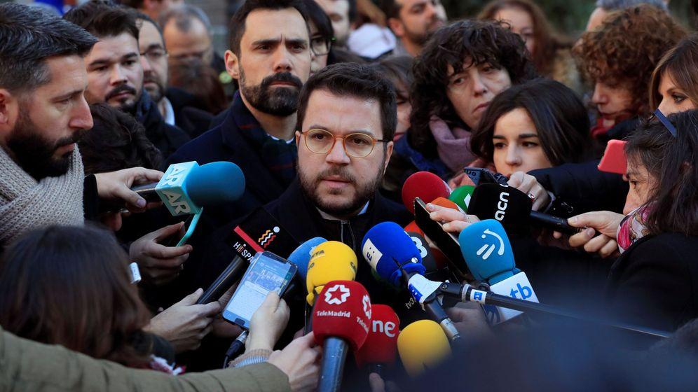Foto: El vicepresidente del Govern, Pere Aragonès, acompañado del presidente del Parlament, Roger Torrent,(detrás) y el diputado de ERC Gabriel Rufián. (EFE)