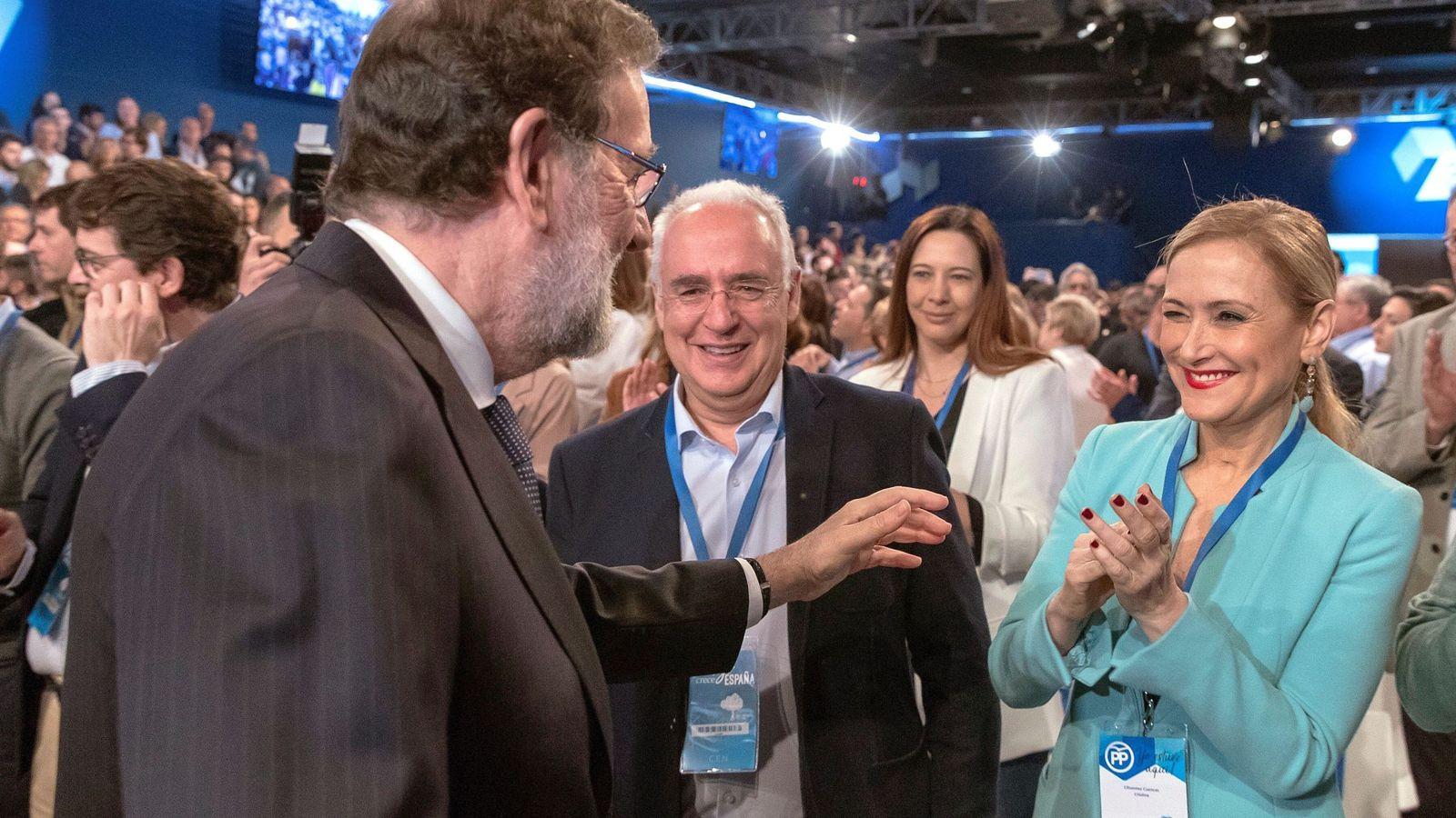 Foto: El presidente del Gobierno, Mariano Rajoy, saluda a la presidenta de la Comunidad de Madrid, Cristina Cifuentes, al comienzo del acto de clausura de la convención nacional del PP. (EFE)