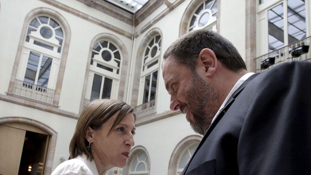 Foto: Carme Forcadell dialoga con Oriol Junqueras. (EFE)