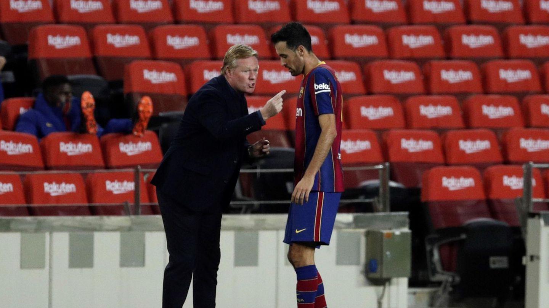 Sergio Busquets y Ronald Koeman, en una imagen de la temporada. (Efe)