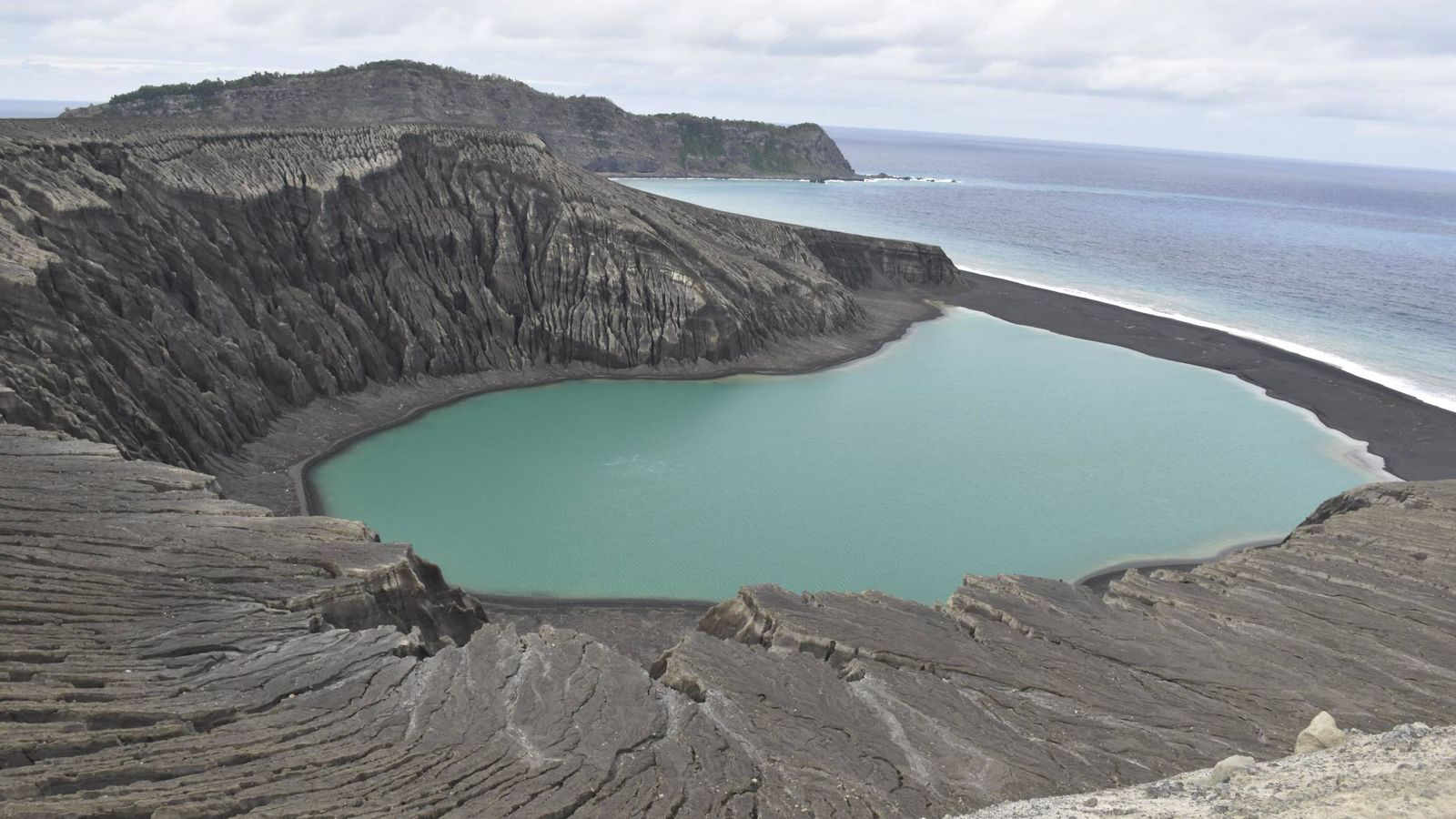 Foto: Imagen de la isla HTHH, nacida de una erupción volcánica. (NASA)