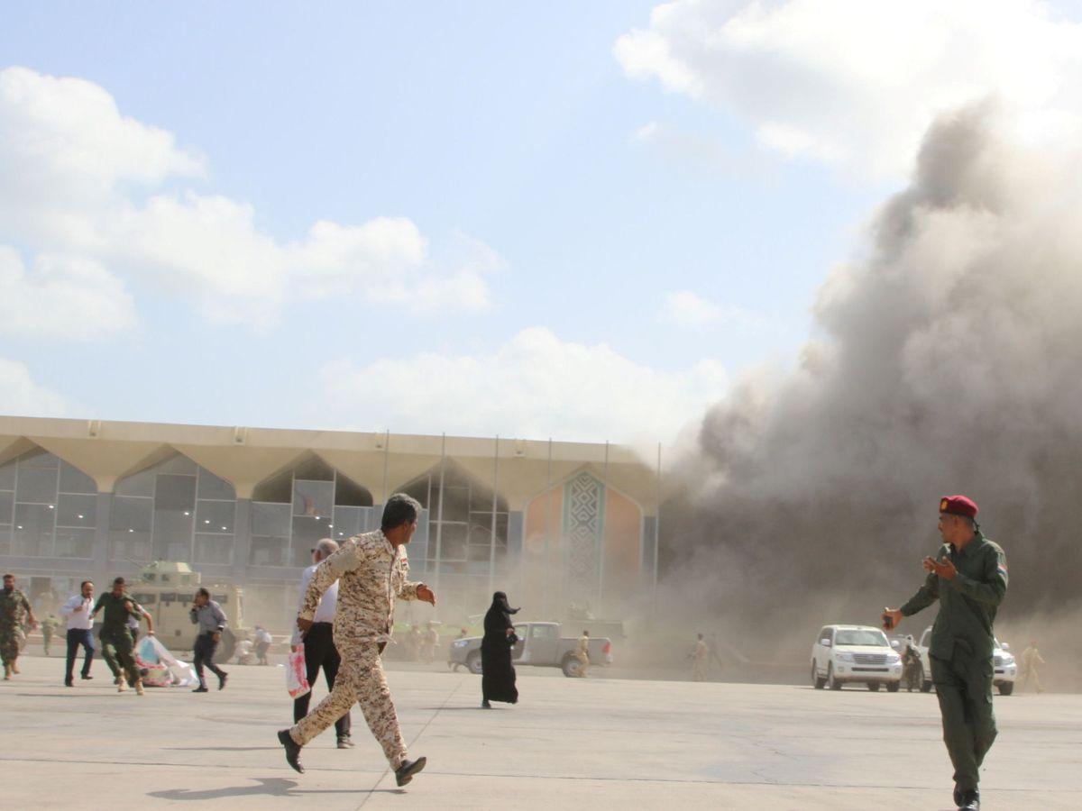 Foto: Escenas momentos después de la explosión en el aeropuerto de Adén. (Reuters)