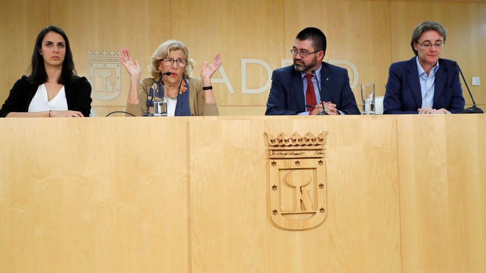 Foto: La alcaldesa, Manuela Carmena, junto a Carlos Sánchez Mato y Marta Higueras. (EFE)