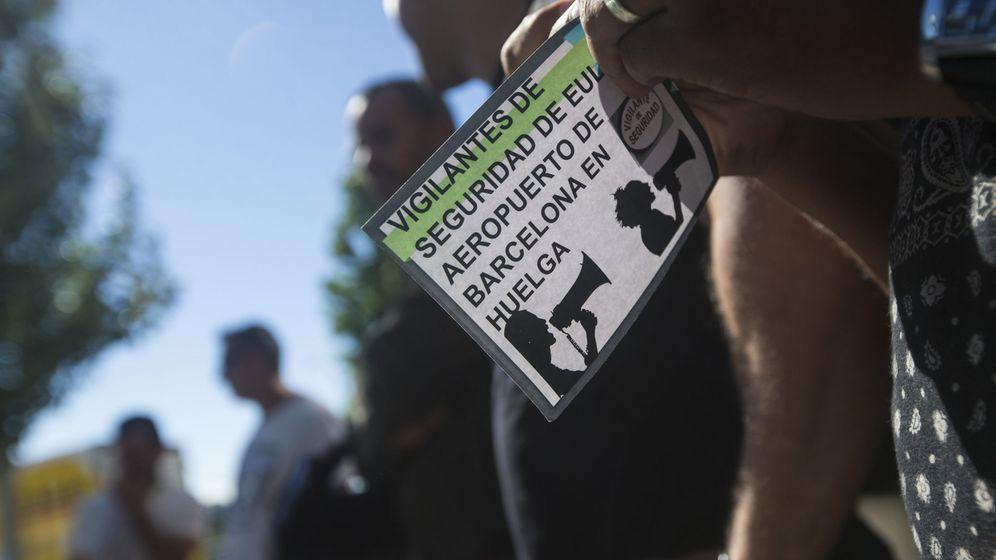 Foto: Empleados de la empresa Eulen, a la espera de que se iniciara la asamblea de trabajadores. (EFE)