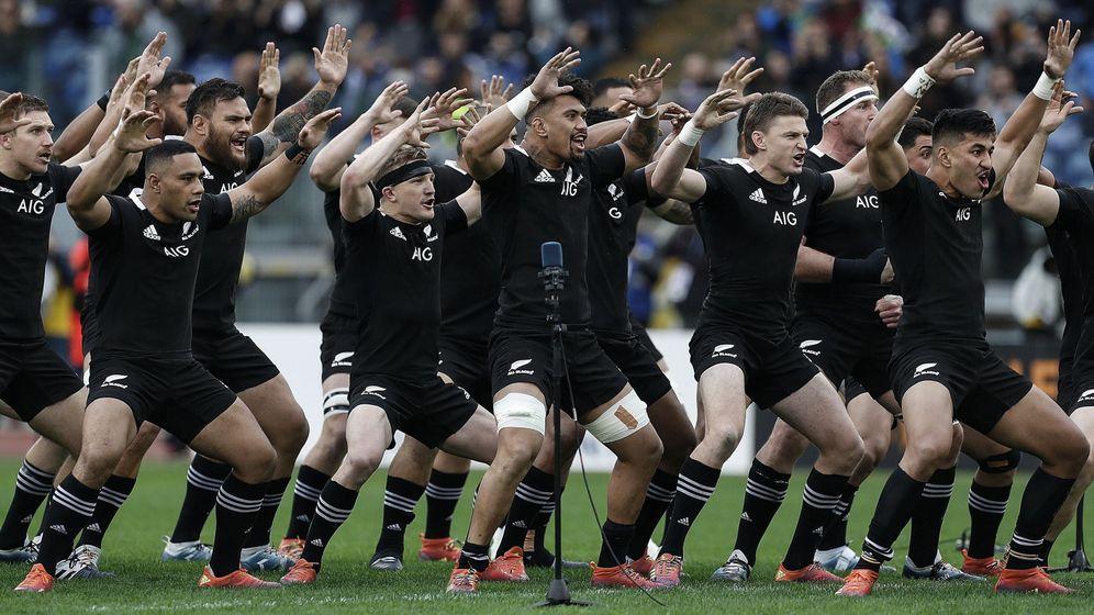 Foto: Los 'All Blacks' haciendo la Haka Maorí tradicional antes de disputar un encuentro. (EFE)