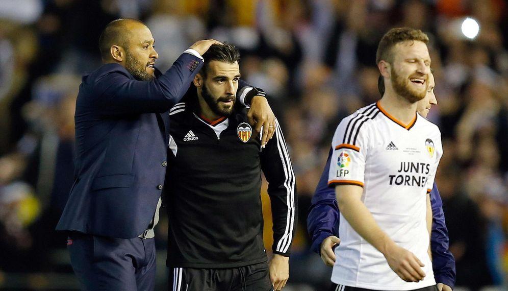 Foto: Nuno felicita a Negredo tras un partido de la pasada temporada (EFE)