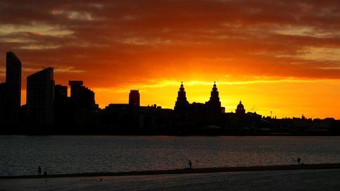 Pescando en Liverpool ante el amanecer