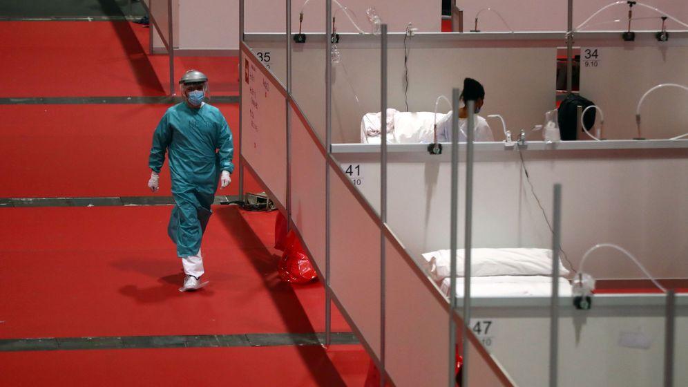 Foto: Un operario sanitario, en el hospital de Ifema. (Reuters)