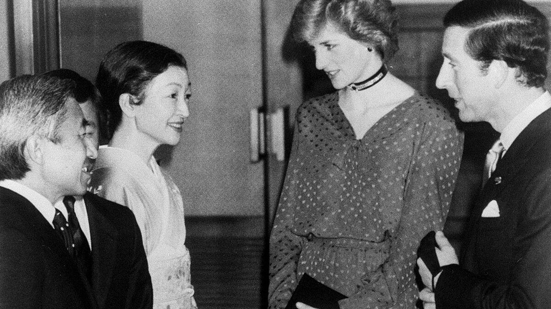 Foto de archivo del entonces príncipe heredero Akihito y su esposa Michiko recibiendo a Carlos de Inglaterra y Lady Di. (EFE)
