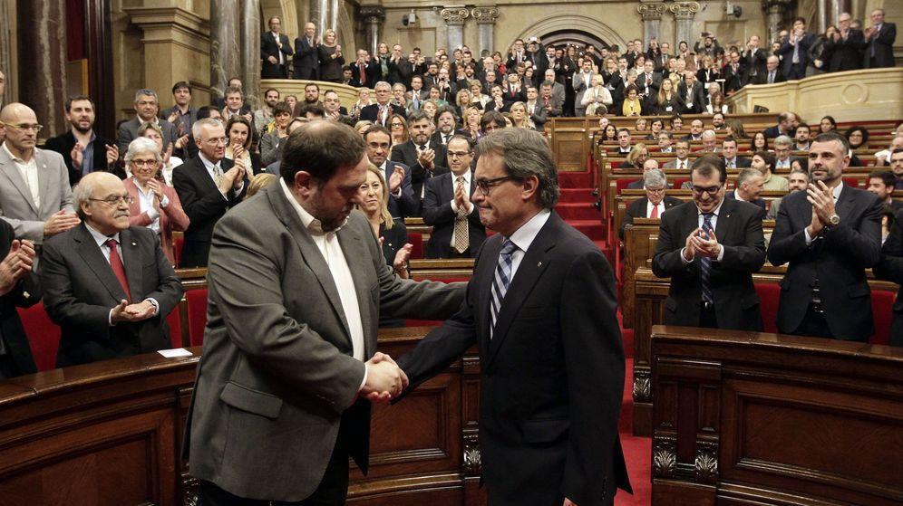 Foto: El vicepresidente de la Generalitat, Oriol Junqueras (i), saluda al expresidente Artur Mas. (EFE)