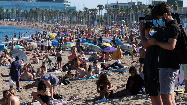 Foto: Fin de semana en la playa de la Barceloneta, en Barcelona (Reuters)
