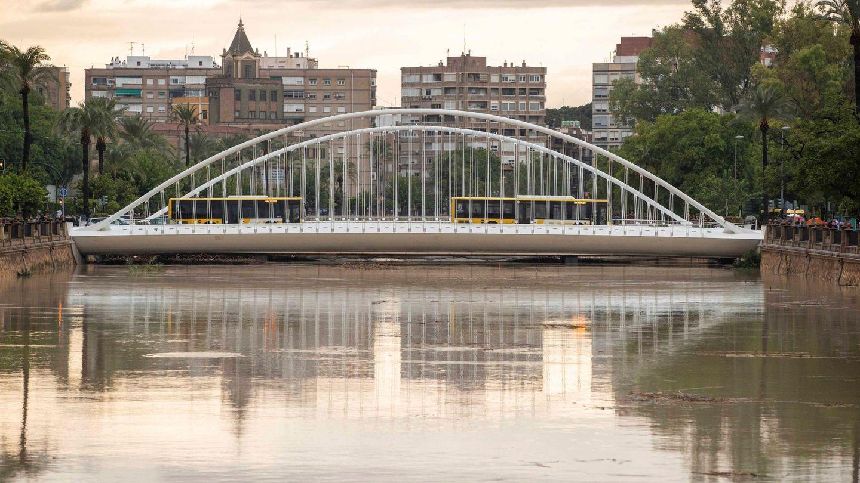 El cauce del rio Segura a su paso por la ciudad de Murcia esta mañana tras las intensas lluvias caídas esta madrugada (EFE)