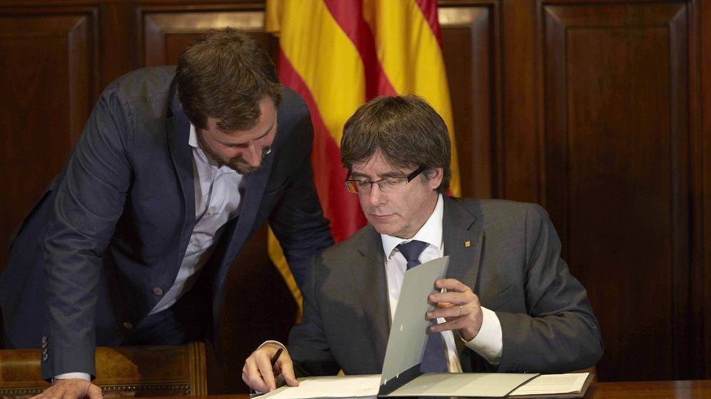 Foto:  El presidente de la Generalitat, Carles Puigdemont (d), acompañado por el coseller de sanidad Antoni Comin, el pasado septiembre. (EFE)