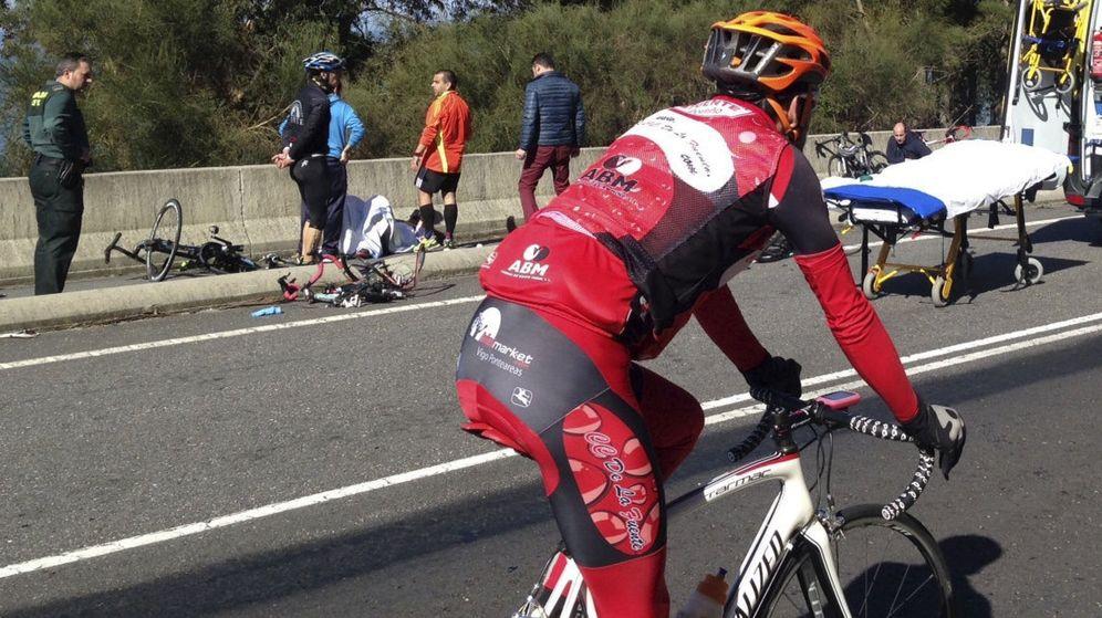 Foto: Foto de archivo de un accidente con ciclistas implicados en Galicia. (EFE)