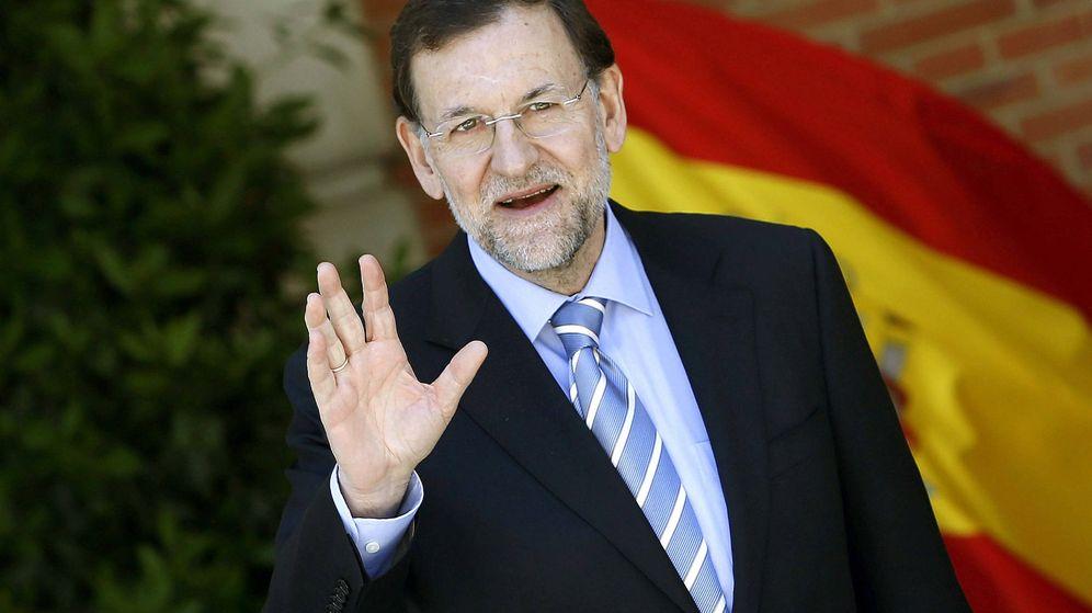 Foto: El jefe del Ejecutivo, Mariano Rajoy, saluda a los periodistas a la entrada del Palacio de la Moncloa. (EFE)
