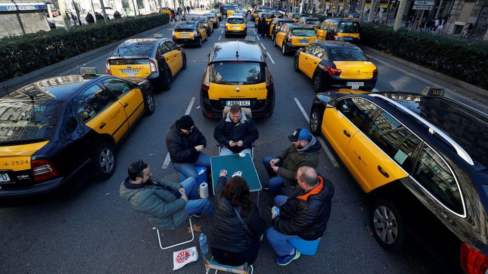 Foto: Los taxistas bloquean la Gran Vía de Barcelona durante la huelga contra los VTC. (Reuters)