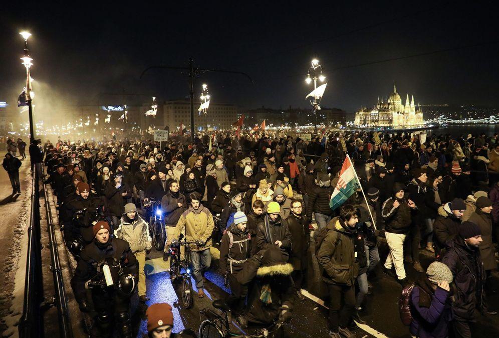 Foto: Miles de manifestantes protestan contra la reforma laboral en Budapest, el 16 de diciembre de 2018. (EFE)